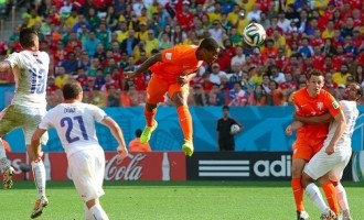 'Van-less' Netherlands cruise to knockout stage