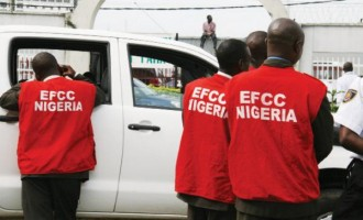 Drama as EFCC operatives bundle Akpobolokemi, ex-NIMASA DG, into waiting bus