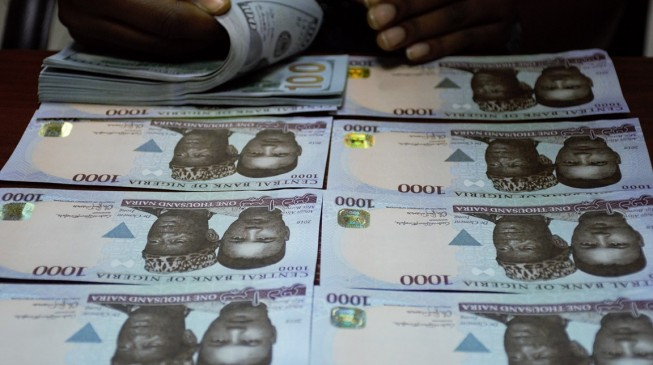Naira tumbles in all market segments, now 445 against the dollar