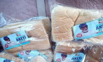 EXTRA: 'One man one loaf' as Akeredolu's fan woos Ondo voters with bread