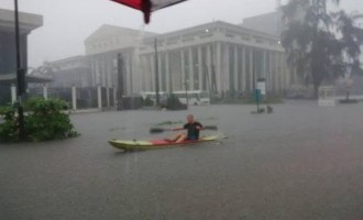 VIDEO: Foreigner paddles canoe on the flooded streets of VI