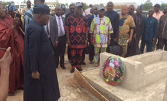 PHOTOS: Obasanjo lays wreath at gravesite of Benue herdsmen victims