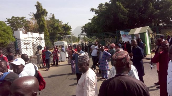 Police block striking workers from n'assembly complex