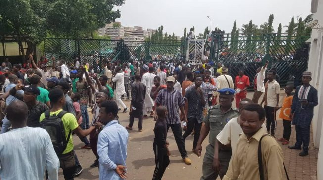 House hurriedly adjourns as Shi'ites break into premises