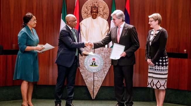 Buhari signs power deal with Siemens to generate 7000MW by 2021