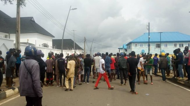 PHOTOS: Epe residents attack EFCC outside Ambode's residence