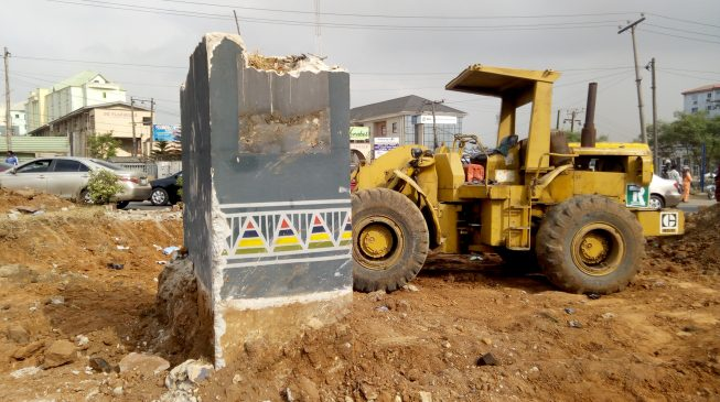 PHOTOS: Fela's statue pulled down from Allen roundabout two years after inauguration by Ambode