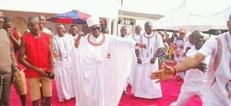 TRENDING VIDEO: Oba of Benin dances 'Shaku Shaku' at children's party