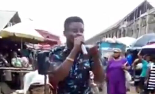 VIDEO: Policeman preaches to passers-by at local market