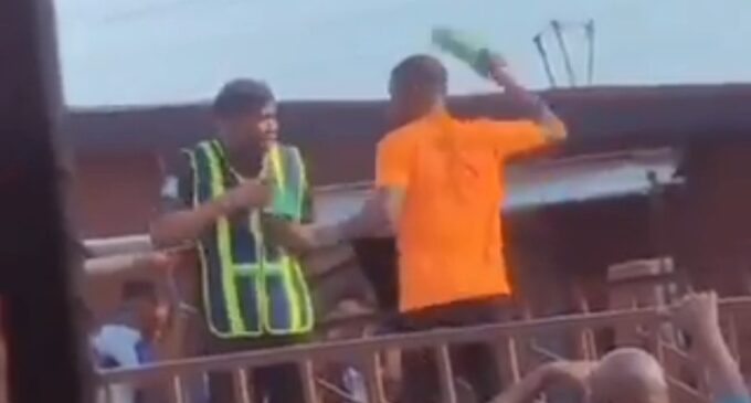TRENDING VIDEO: Truck driver smashes bottle on policeman's head in Lagos