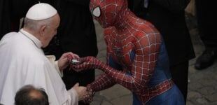 EXTRA: 'Spider-man' meets Pope Francis, gifts him face mask