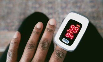 The pulse oximeter bias: Making a case for the black colour